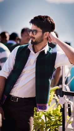 How suave does shahid Kapoor look? Bollywood Couples, Bollywood Stars, Bollywood Celebrities, Indian Celebrities, Portrait Photography Men, Photography Poses For Men, Fitness Photography, Samantha Images, Blazer Outfits Men