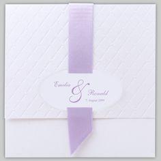 Einladungskarte weiß quadratisch mit breitem Band flieder/parma