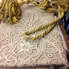 Tovaglia quadrata in lino e pizzo realizzato a mano