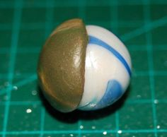 How to use a marble to create a hollow form.  (French w/excellent pictures)  #Polymer #Clay #Tutorials