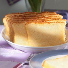 Es muss nicht immer Torte sein – Der Teig mit Öl, Puderzucker und Vanillesoße ist schnell gerührt und ergibt einen herrlich saftigen, goldgelben Vanillekuchen.