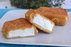 La feta fritta (o saganaki) è uno degli antipasti più tipici della cucina greca. Si tratta di pezzetti di formaggio feta (un formaggio greco preparato con Frittata, International Recipes, Soul Food, Feta, Finger Foods, Cornbread, Banana Bread, Side Dishes, French Toast