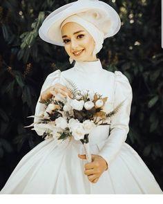 Dress Wedding Indian Gowns - -✔ Dress Wedding Indian Gowns - - Görüntünün olası içeriği: bir veya daha fazla kişi, çiçek, düğün ve açık hava عروس محجبه، یک استایل جالب و متفاوت Muslimah Wedding Dress, Muslim Wedding Dresses, Hijab Bride, Wedding Hijab, Dress Wedding, Muslim Brides, Bridesmaid Dresses, Indian Wedding Gowns, Indian Gowns Dresses