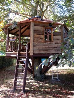 How To Build A Treehouse ? This Tree House Design Ideas For Adult and Kids, Simple and easy. can also be used as a place (to live in), Amazing Tiny treehouse kids, Architecture Modern Luxury treehouse interior cozy Backyard Small treehouse masters Cozy Backyard, Backyard Playground, Building A Treehouse, Treehouse Kids, Backyard Treehouse, Treehouses For Kids, Treehouse Builders, Simple Tree House, Diy Tree House
