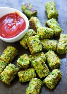 Healthy Baked Broccoli Tots 23 Low-Carb Snacks To Eat When You're Trying To Be Healthy Low Fat Snacks, Healthy Snacks, Healthy Recipes, Salad Recipes, Diet Recipes, Simple Recipes, Healthy Kids, Broccoli Recipes, Vegetable Recipes