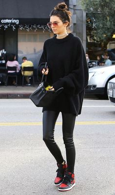 Calça couro preta Blusão preto Maxi tricot Tênis Choker Bolsa preta