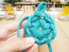 69 New Ideas for crochet bag zpagetti diy Crochet Scarf Easy, Crochet T Shirts, Crochet Diy, Baby Afghan Crochet, Crochet Edging Patterns, Crochet Edgings, Crochet Slippers, Crochet Flowers, Poufs
