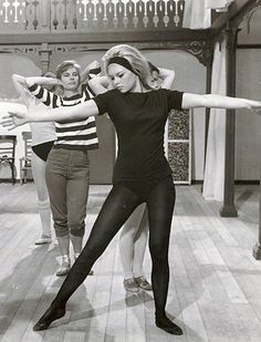 Brigitte Bardot stili - Kadın ve Hayat Brigitte Bardot, Bridget Bardot, Marlene Dietrich, Ballet Inspired Fashion, Jane Birkin, Paris, Just Dance, Workout Wear, Style Icons