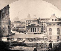 Une vue du parvis de Notre-Dame de Paris, en 1868, par un photographe anonyme. Au centre on voit l'ancien Hôtel-Dieu, peu de temps avant sa démolition, alors que le chantier du nouvel Hôtel-Dieu est déjà en place au premier plan. A droite on voit l'hospice des Enfants-Trouvés qui vit également ses derniers jours... Paris d'antan, Facebook