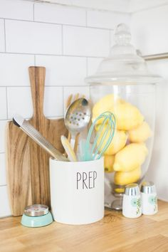 Heather Sherrod's Houston Home Tour, Home Accessories, Kitchen decor essentials. Home Design, Decor Scandinavian, Kitchen Decor Themes, Yellow Kitchen Decor, Kitchen Ideas, Kitchen Colors, Tiffany Blue Kitchen, Yellow Kitchen Accents, Lemon Kitchen Decor