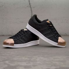 adidas Superstar med en svart ovandel och en kopparfärgad shelltoe. Trevlig fredag vänner! #adidas #superstar #sneakersweden #uppsala #footish