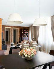 Вид на диванную зону со стороны столовой. Стержнем, вокруг которого организовано пространство гостиной, стала колонна,отделанная полированны...