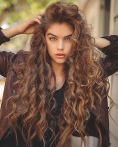 Do you like your wavy hair and do not change it for anything? But it's not always easy to put your curls in value … Need some hairstyle ideas to magnify your wavy hair? Spring Hairstyles, Hairstyles With Bangs, Pretty Hairstyles, Style Hairstyle, Wedding Hairstyles, Curly Hair With Bangs, Long Curly Hair, Colored Curly Hair, Corte Y Color