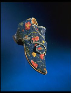 1730s-1740s, Great Britain - Pair of shoes - Linen canvas, embroidered with wool