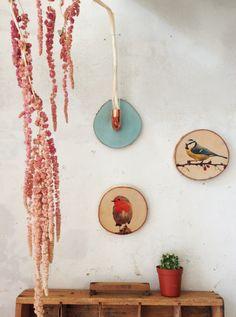 Handgemachte Deko: Holzscheiben mit Vogel-Druck und Kupfervase von madeva. Auf dem Blog erzählt Eva von ihrem eigenen Label und der Arbeit mit Holz