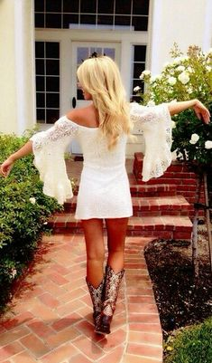 Country Dresses & Western Clothing return this summer and it's not hard to see why. Get ready for summer with our top 30 cowgirl outfits & cowgirl boots! Country Girl Style, Country Fashion, Country Girls, Country Girl Makeup, Country Chic, Country Music Outfits, Country Concert Outfit Summer, Country Concerts, Dress With Boots