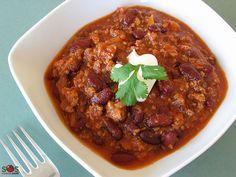 SOSCuisine: #Chili con carne Boeuf haché, cuit dans une sauce aux tomates et haricots. Le nom espagnol de ce plat signifie « chili avec viande ». Contrairement à ce que l'on peut penser, il ne s'agit pas d'un mets mexicain, mais plutôt du plat national texan, qu'on appelle aussi familièrement « le bol rouge ». Les haricots furent ajoutés par la suite et seulement à l'extérieur du Texas.