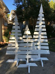 Easy pallet Christmas trees. Add a few shelfs and use to display product at fairs and the like