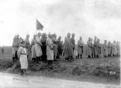 Comitiva del Kaiser alemán Guillermo II y su Estado Mayor, durante su visita al frente occidental en la zona de Flandes. 1917