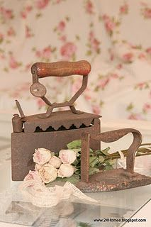 antique iron and dried roses Antique Iron, Vintage Iron, Vintage Tools, Vintage Items, Vintage Shabby Chic, Vintage Love, Vintage Appliances, Vintage Laundry, Iron Board