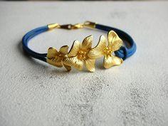 Blütenlederarmband - Königsblau von Bradley auf DaWanda.com