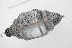 Orientalisk lykta i större hängande modell. I kantig modell med vacker mönstrad glas. Går i en silver/svart färgad nyans i metal