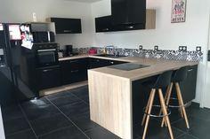 {Cuisine client} L'alliance du bois et des façades noires pour cette cuisine conçue par SoCoo'c Langueux #cuisine #cuisineéquipée #foncé #noir #bois #moderne #tendance