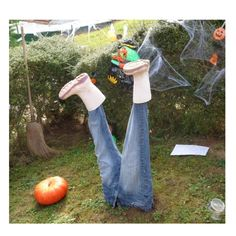 Get ready to embrace all the spooky things this Halloween? Ckeckout our impressive Halloween Decoration Ideas. Décoration Table Halloween, Diy Halloween, Dulces Halloween, Halloween Costumes Scarecrow, Bricolage Halloween, Homemade Halloween Decorations, Adornos Halloween, Manualidades Halloween, Outdoor Halloween