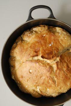 Weer een lekker receptje van lezeres Antoinette (eerder maakte zedeze tomatensaus met boter) en dit keer maakte ze een brood dat je niet hoeft te kneden. Kan het nog makkelijker? Doe het lauwe water in een grote kom en los hierin de gist op. Voeg het zout en de honing of suiker toe en roer …