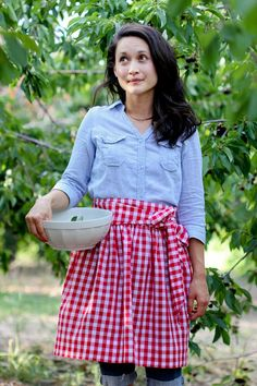 """""""While I didn't use a tutorial for my apron, this is very similar to what I did.""""-S Simple Gathered Half Apron TUTORIAL - Delia Creates Half Apron Patterns, Apron Pattern Free, Sewing Patterns, Dress Patterns, Vintage Apron Pattern, Fabric Patterns, Laura Ingalls, Waist Apron, Aprons"""