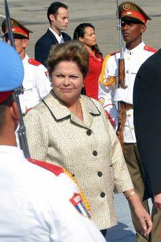 Dilma Rousseff (C), Presidenta de la República Federativa del Brasil, a su arribo al Aeropuerto Internacional José Martí, en La Habana, Cuba, el 26 de enero de 2014, para participar en la II Cumbre de la Comunidad de Estados Latinoamericanos y Caribeños (CELAC). AIN FOTO/Marcelino VÁZQUEZ HERNÁNDEZ