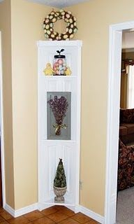 DIY Corner Shelf - I pinned one of these before using an old door. This is basically the same thing but using an old folding closet door so its smaller which is nice depending on the space you have. Door Corner Shelves, Diy Corner Shelf, Corner Door, Corner Hutch, Corner Cabinets, Corner Space, Diy Projects To Try, Home Projects, Furniture Projects