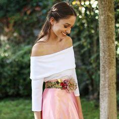 blusa blanca de hombros al aire hecha a mano en Galicia para un look de boda. Invitada perfecta con Aluèt