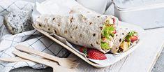 Kesäiset vuohenjuusto-kanawrapit kätkevät sisäänsä tuoreita mansikoita. Wrapit on helppo kääräistä rullarieskasta. Noin 3,55€/annos.