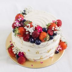 Rustic floral berry cake 🤤 fresh fruit cakes in 2019 торт, десерты, как ук Pretty Cakes, Beautiful Cakes, Köstliche Desserts, Delicious Desserts, Strawberry Cake Decorations, Fruit Decorations, Mini Cakes, Cupcake Cakes, Eid Cake