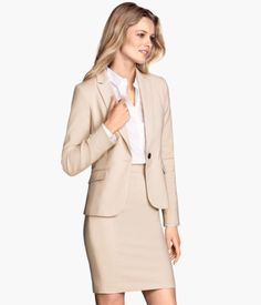 Fitted blazer in woven fabric with front welt pockets with flap. Slit at back and at cuffs. Lined.