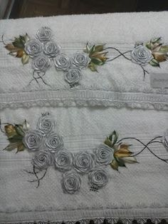 LOY HANDCRAFTS, TOWELS EMBROYDERED WITH SATIN RIBBON ROSES: CONJUNTO DE TOALHAS, BANHO E ROSTO.