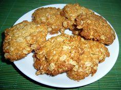 Smícháme vločky, mouku, cukr, kokos. V kastrůlku rozehřejeme med (sirup), máslo, horkou vodu a sodu. Tekutou část vlijeme do suché a řádně… Food And Drink, Cookies, Chicken, Meat, Ethnic Recipes, Crack Crackers, Biscuits, Cookie Recipes, Cookie