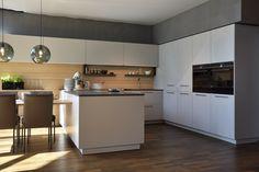 Tolle ewe Küchen zu stark vergünstigten Preisen ergattern? Das ist ganz einfach! Wir tauchen regelmäßig unsere Musterküchen und Ausstellungsmodelle aus - und die suchen dann einen neuen Platz bei dir Zuhause! Einfach mal durch unsere Abverkaufsmodelle gustieren und deine Lieblingsküche finden! #küchensale #küchenabverkauf #saleküche #abverkaufsküche #billigeküche #schnäppchen #günstig #küchen #wohnküche #traumküchen #küchenträume #inspiration #kitcheninspo Stark, Küchen Design, Modern, Inspiration, Furniture, Home Decor, Diving, Home Kitchens, Amazing