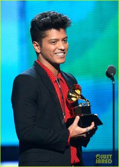 Bruno Mars Photos - Musician Bruno Mars accepts the Best Pop Vocal Album award for 'Unorthodox Jukebox' onstage during the GRAMMY Awards at Staples Center on January 2014 in Los Angeles, California. - The Grammy Awards Show Bruno Mars Awards, Bruno Mars News, Mars Pictures, Mars Photos, Grammy Awards 2014, Unorthodox Jukebox, 24k Magic World Tour, American Idol, Celebs