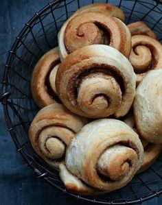 Sukkerfrie kanelsnurrer Pancakes, Bread, Vegan, Cookies, Breakfast, Food, Recipes, Biscuits, Morning Coffee