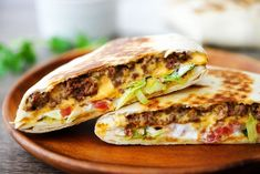 Crunchwrap Supremes are loaded with seasoned ground beef, nacho cheese, sour cream, lettuce and tomato all wrapped inside a large flour tortilla. There is a corn tortilla hidden inside that gives it that crunch we all love! Slow Cooker Bbq Beef, Mexican Food Recipes, Dinner Recipes, Beef Wraps, Creamy Italian Chicken, Beef Casserole, Noodle Casserole, Casserole Recipes, Soup Recipes