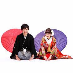 和装の《前撮り》や《フォトウェディング》で定番のアイテムといえば「和傘」「扇子」「紙風船」など、様々なアイテムがあります!今回は、その中でも特に人気の「和傘」を使った、おしゃれなポーズ&アイディアをご紹介します♪