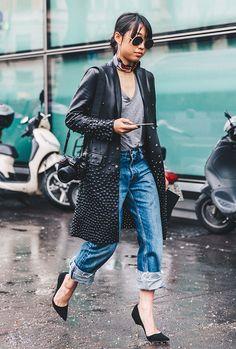 Street style look com casaco couro preto, calça jeans, tshirt e scarpin.