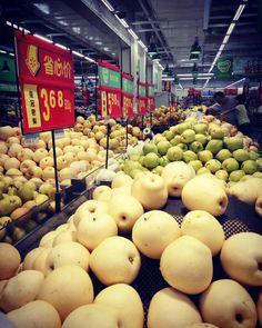 Und nun zur Stärkung etwas Obst - der typische Supermarkt in China :)  Was ist Eurer Lieblingsobst?  #äpfel #supermarkt #einkaufen #obst #gesund #ernährung #hunger #futter #essen #lecker #china #shenzhen #tsz #apfel #birne #teuer #food #fruits #tasty #apple #power