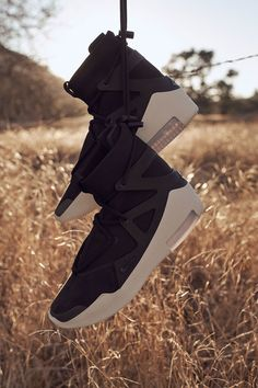The x era begins. What are your thoughts on this highly anticipated launch? Mens Boots Fashion, Sneakers Fashion, White Sneakers, Sneakers Nike, Sneakers Design, Shoes Wallpaper, Baskets, Black And White Shoes, White Shoes Men