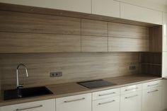 Materiały wykorzystane do realizacji kuchni: - fronty lakierowane na wysoki połysk w kolorze RAL 9001 polskiego producenta Topol...