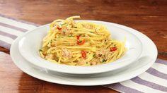 Ricetta Spaghetti con tonno e limone: Gli spaghetti con tonno e limone sono un piatto velocissimo, di quelli che salvano una cena dell'ultimo minuto... Economici e veloci, troppo buoni!