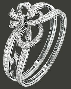 -18 carat white gold Les Jardins du Petit Trianon « Pluie de Glycines »  bracelet paved with 246 diamonds (10,49 cts) and set with 4 pear-cut diamonds (0,85 ct). 2011