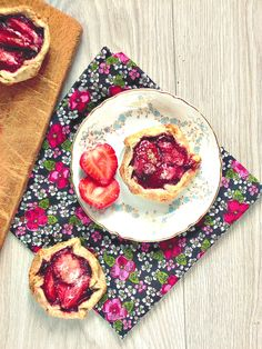 Mini galettes with strawberries and strawberry- white chocolate jam